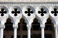 Dogepaleis de bouwvoorgevel, kolommen en dwarsbeeldhouwwerk in Venetië, Italië royalty-vrije stock foto's