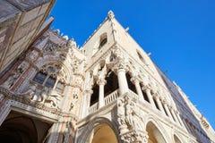 Dogepaleis de bouwvoorgevel met standbeelden en beeldhouwwerken in Venetië stock foto
