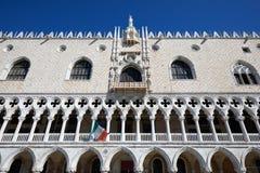 Dogepaleis de bouwvoorgevel in Venetië, blauwe hemel in Italië royalty-vrije stock foto