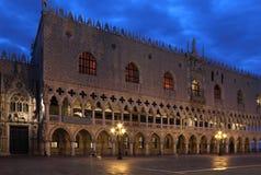 Doges Palast, Venedig in der ersten Morgenleuchte. lizenzfreies stockbild