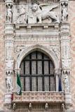 Doges-Palastfenster in Venedig Stockfotos