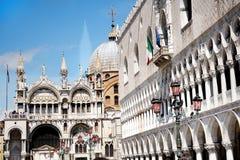 Doges slott- och Sts Mark Basilica i Venedig Arkivbilder