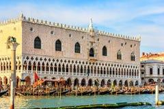 Doges slott och gondolpir, Venedig, Italien royaltyfri foto