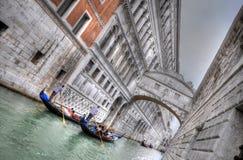 Doges slott och kanal med Gandolas, Venedig, Italien (HDR) royaltyfri fotografi