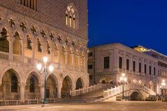 Doges slott på den San Marco fyrkanten på natten i Venedig arkivbilder