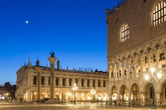 Doges slott på den San Marco fyrkanten på natten i Venedig arkivfoto