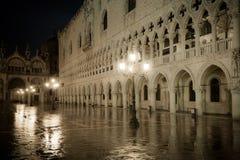 Doges slott på natten, Venedig, Italien Royaltyfria Bilder