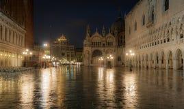 Doges slott på natten, Venedig, Italien Arkivfoto