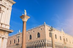 Doges slott Palazzo Ducale och Colonne di San Marco e San Teodoro Venedig italy arkivfoton