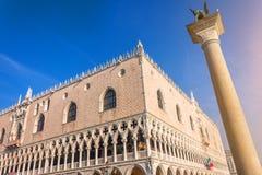 Doges slott Palazzo Ducale och Colonne di San Marco e San Teodoro Venedig italy fotografering för bildbyråer