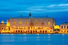 Dogeslott- och Ponte dei Sospiri, natt, Venedig Fotografering för Bildbyråer