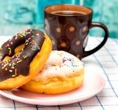 Doghnut和咖啡表明不健康的脱咖啡因咖啡和点心 库存图片