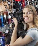 Dogo francés del abarcamiento cariñoso de la mujer en tienda Imagen de archivo libre de regalías