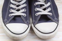Dogodny dla sportów mężczyzna sneakers w zmroku - błękitna gęsta tkanina Obrazy Stock