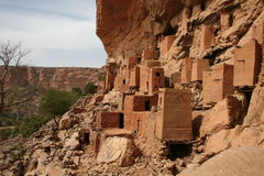Dogon Dorf im Felsengesicht Stockbild