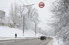 Dogonienie zabrania Znak zabrania doganiać wszystkie pojazdy na drogowej sekci Drogowy znak wiesza nad śnieżystym Zdjęcie Stock