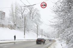 Dogonienie zabrania Znak zabrania doganiać wszystkie pojazdy na drogowej sekci Drogowy znak wiesza nad śnieżystym Obrazy Royalty Free