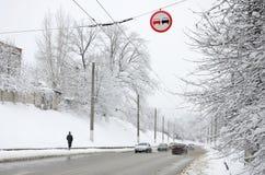 Dogonienie zabrania Znak zabrania doganiać wszystkie pojazdy na drogowej sekci Drogowy znak wiesza nad śnieżystym Obraz Royalty Free