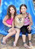 dogs att leka för flickor som är deras Royaltyfri Foto
