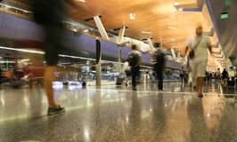DOHA, ΚΑΤΆΡ, - 12 ΟΚΤΩΒΡΊΟΥ 2016: Τελικός αερολιμένας με τους επιβάτες με τις τσάντες Στοκ φωτογραφία με δικαίωμα ελεύθερης χρήσης