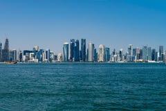 Doha, Catar - 14 de dezembro de 2018: Skylines no centro da cidade, cidade árabe moderna fotos de stock royalty free