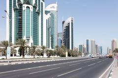 Doha Corniche väg och torn Fotografering för Bildbyråer