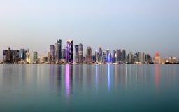 Doha de stad in bij schemer, Qatar Stock Fotografie