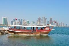 Doha - die Hauptstadt von Qatar, ein Dhow im Hafen lizenzfreie stockbilder