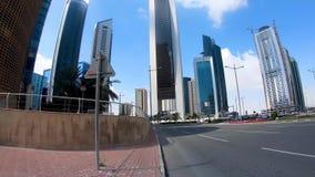 Doha-Finanzierung- Mittel-hyperlapse eines Fußgängers, der in die Straßen und zwischen Wolkenkratzer, Katar geht stock video