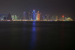 Doha horisont på natten qatar Royaltyfri Bild