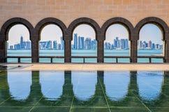 Doha horisont till och med bågarna av museet av islamisk konst, gör Royaltyfri Bild