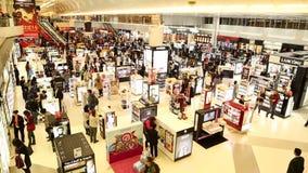DOHA, KATAR - FEBRUAR 2014: Ansicht von Leuten in Hamad International Airport Hamad International Airport ist ein internationales stock footage