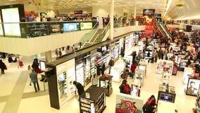 DOHA, KATAR - FEBRUAR 2014: Ansicht von Leuten in Hamad International Airport Hamad International Airport ist ein internationales stock video footage