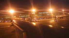 DOHA, KATAR - FEBRUAR 2014: Die Ansicht eines Flugzeugflügels, während das Flugzeug langsam landet Doha ist Katars größte Stadt,  stock video