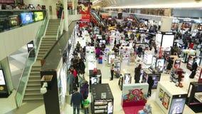 DOHA, KATAR - FEBRUAR 2014: Mengen bei zollfrei herein Hamad International Airport Hamad International Airport ist ein Internatio stock video