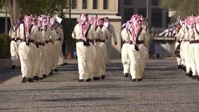 DOHA, KATAR - 14. FEBRUAR 2018: Orchester-Parade zu Ehren des Qatarian-Emirs an Bezirk Souq Waqif, alte Stadt, Doha stock video footage