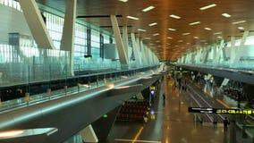 Doha, Katar - 23. März 2018: Timelapse-Flughafen-Zug-Reiten zwischen Anschlüssen und Passagieren gehen durch das moderne stock video
