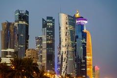 Doha linia horyzontu przy błękitną godziną zdjęcia royalty free
