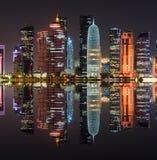 Doha linia horyzontu przy nocą, Katar, Środkowy Wschód obraz stock