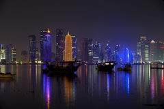 Doha linia horyzontu przy nocą, Zdjęcia Stock