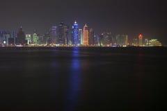 Doha linia horyzontu przy nocą Katar Obraz Royalty Free