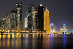Doha linia horyzontu w wieczór zdjęcie royalty free