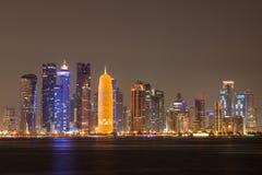 Doha miasta linia horyzontu przy noc, Katar Obrazy Royalty Free