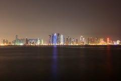 Doha miasta linia horyzontu przy noc, Katar Obraz Stock