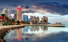 Doha miasta linii horyzontu centrum miasta przy nocą, Katar Zdjęcie Stock