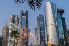 Doha på den blåa timmen, Qatar Royaltyfria Foton