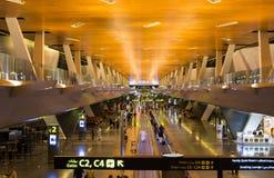 DOHA, QATAR - 22 DE ABRIL DE 2017: Aeropuerto internacional de Hamad con p Fotografía de archivo