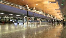 DOHA, QATAR, - 12 DE OCTUBRE DE 2016: Aeropuerto terminal con los pasajeros con los bolsos Fotografía de archivo