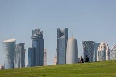 Doha Qatar - Januari 8th 2018 - ett ungt par tycker om sikten av horisonten av centret för Doha ` s i Qatar fotografering för bildbyråer