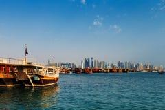 Doha, Qatar : Les bateaux à voile traditionnels ont appelé Dhows images libres de droits